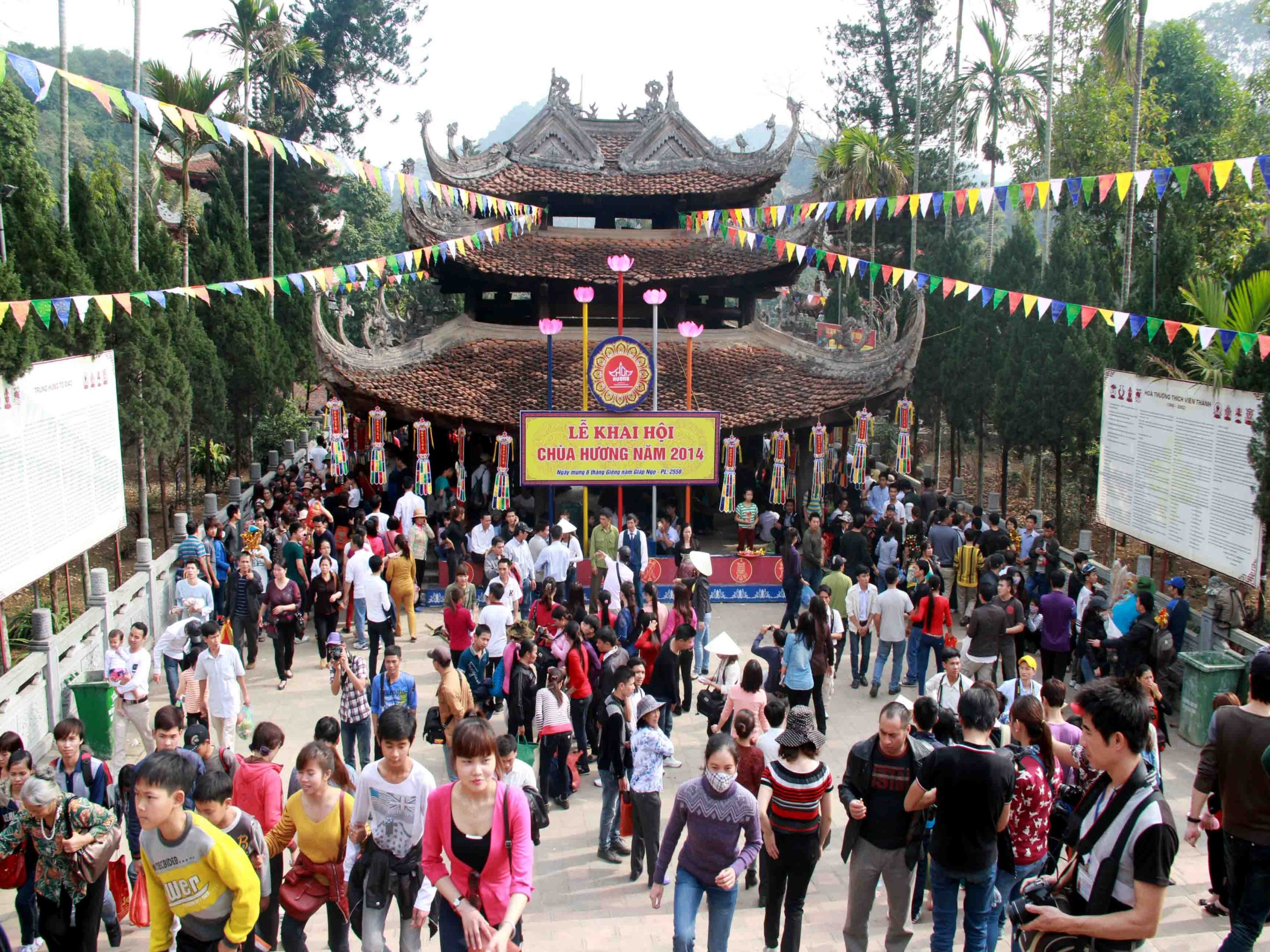 Cho thuê xe 7 chỗ có lái, giá rẻ đi chùa Hương tại Hà Nội